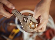 Rörmokare med skruven fotografering för bildbyråer