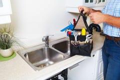 Rörmokare på köket Fotografering för Bildbyråer