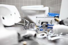 Rörmokarehjälpmedel och utrustning i ett badrum, rörmokerireparationsservi arkivbilder