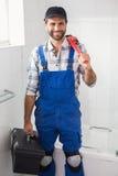 Rörmokareinnehavskiftnyckel och toolbox Royaltyfria Bilder