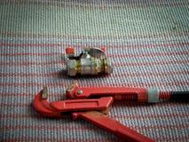 Rörmokerihjälpmedel, rörskiftnyckel och vattenkran royaltyfri fotografi