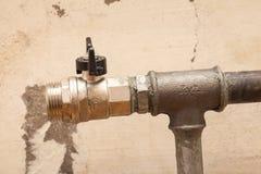 Rörmokerirör med ventilen för installation av ett element royaltyfri bild