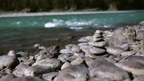 Röse stenar på kusten av turkosbergfloden stock video