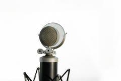 Röst- kondensatormikrofon med vindskärmen som isoleras på vit bakgrund royaltyfria foton