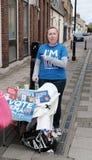 Rösta återstår förkämpen som ses att ge ut information i en engelsk stad royaltyfri fotografi