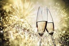 Rösten mit Champagnergläsern gegen Lichterkette Stockfotografie