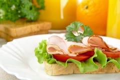 Rösten Sie auf Platte mit Orangensaft zum Frühstück auf Leinentischdecke Stockbilder