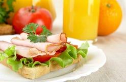 Rösten Sie auf Platte mit Orangensaft zum Frühstück auf Leinentischdecke Lizenzfreies Stockbild