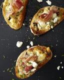 Rösten Sie crustinis mit Prosciutto, Kräutern und Käse Lizenzfreies Stockfoto