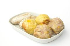Rösten Sie den Wasserbrotwurzelball, Süßkartoffelball und Banane in der thailändischen Art lokalisiert auf weißem Hintergrund Lizenzfreie Stockbilder