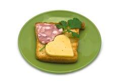 Rösten Sie mit Herz-förmiger Wurst und Käse auf grüner Platte Lizenzfreie Stockfotografie