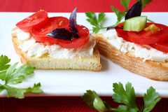 Rösten Sie mit Käse- und Tomatenscheiben auf einer Platte Stockbild