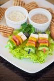 Rösten Sie mit Käsegemüse und -olive auf dem Stock Lizenzfreie Stockfotografie