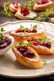 Rösten Sie mit weißer Hüttenkäse-Kirschmarmelade und frischen Kräutern Lizenzfreies Stockfoto