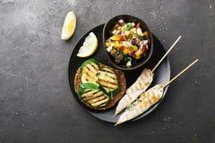 Rösten Sie mit Zucchinigrill und Salat von Oliven, Gurken, Tomate, süße rote Zwiebel, gelber Paprikapfeffer mit gegrillt Lizenzfreie Stockfotos