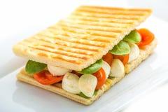 Rösten Sie Sandwich mit Gemüse und Mozzarella auf weißer Platte Lizenzfreie Stockbilder