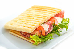 Rösten Sie Sandwich mit Gemüse und Mozzarella auf weißer Platte Lizenzfreies Stockbild