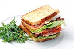 Rösten Sie Sandwich mit Huhn, Tomaten, Kopfsalat und Salat auf der weißen Platte, lokalisiert auf weißem Hintergrund Stockbild