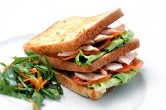 Rösten Sie Sandwich mit Huhn, Tomaten, Kopfsalat und Salat auf weißer Platte, auf weißem Hintergrund Lizenzfreie Stockbilder
