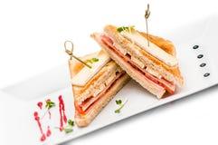 Rösten Sie Sandwich mit Schinken, Tofu und Käse auf der weißen Platte, lokalisiert auf weißem Hintergrund Stockfoto