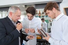 Röstkaffee, der durch Restaurantpersonal gerochen wird lizenzfreies stockbild