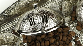 Röstkaffee und Antiken-anatolischer Topf stock footage