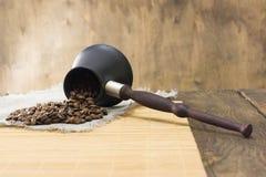 Röstkaffee von den Türken zerstreute auf einen Leinenstoff Stockfotos