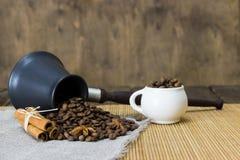 Röstkaffee von den Türken zerstreute auf einen Leinenstoff Lizenzfreie Stockfotos