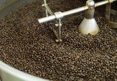 Röstkaffeebohne in der Maschine Lizenzfreies Stockfoto