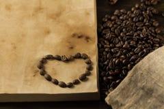 Röstkaffeebohnen auf altem Weinleseoffenem buch Menü, Rezept, Spott oben Stockbild
