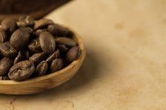 Röstkaffeebohnen auf altem Weinleseoffenem buch Menü, Rezept, Spott oben Lizenzfreie Stockfotografie