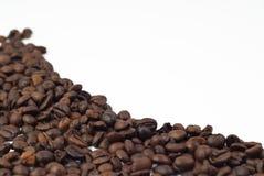 Röstkaffeebohnen auf weißem Hintergrund Lizenzfreie Stockfotografie