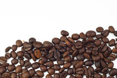 Röstkaffeebohnen auf weißem Hintergrund Stockfotos