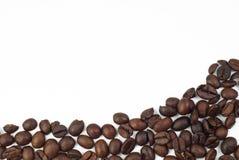 Röstkaffeebohnen auf weißem Hintergrund (Rahmen) Stockfotografie