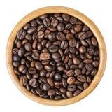 Röstkaffeebohnen in der hölzernen Schüssel lokalisiert auf weißem Hintergrund Stockfotografie