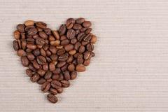 Röstkaffeebohnen, die eine Herzform bilden stockbilder