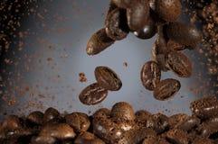 Röstkaffeebohnen, die unten fallen lizenzfreie stockfotos