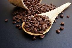 Röstkaffeebohnen in einem hölzernen Löffel Stockfoto