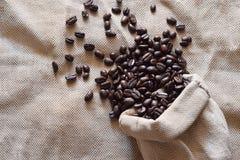 Röstkaffeebohnen in einem Leinensack Stockbild