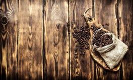 Röstkaffeebohnen in einer alten Tasche Stockbilder