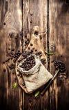 Röstkaffeebohnen in einer alten Tasche Lizenzfreies Stockfoto
