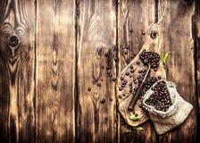 Röstkaffeebohnen in einer alten Tasche Lizenzfreie Stockfotos