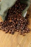 Röstkaffeebohnen in einer Tasche mit Schaufel Lizenzfreies Stockfoto