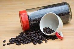 Röstkaffeebohnen im bottele und in der Schale Lizenzfreie Stockfotografie
