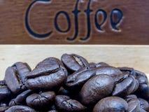 Röstkaffeebohnen im hölzernen Kasten Lizenzfreie Stockfotografie