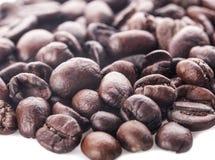 Röstkaffeebohnen lokalisiert im weißen Hintergrundausschnitt Lizenzfreie Stockfotos