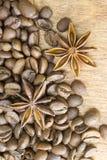 Röstkaffeebohnen, Sternanis Röstkaffeebohnen-Hintergrundabschluß oben Die vertikale Anordnung lizenzfreie stockbilder