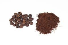 Röstkaffeebohnen- und gemahlenerkaffee Stockbild