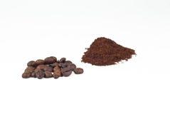 Röstkaffeebohnen- und gemahlenerkaffee auf weißem Hintergrund Lizenzfreie Stockbilder