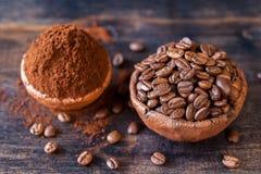 Röstkaffeebohnen- und gemahlenerkaffee in den Schüsseln Lizenzfreie Stockfotos